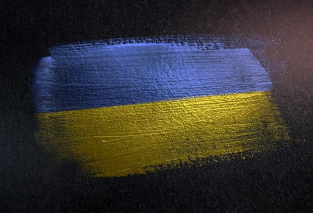 Ukraine-flagge gemacht von der metallischen bürsten-farbe auf dunkler wand des schmutzes Premium Fotos