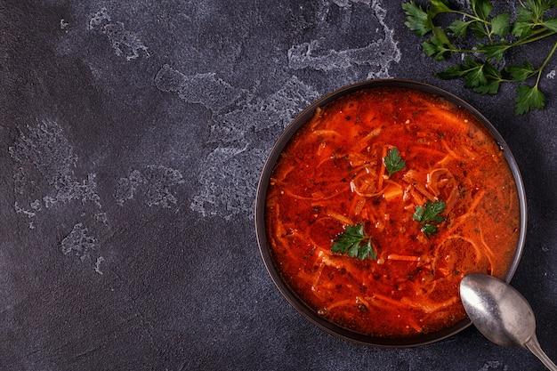 Ukrainische und russische traditionelle rote suppe Premium Fotos