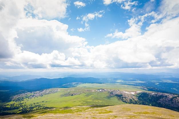 Ultra breites panorama der skyline. grüne berge bedeckt mit wald auf dem hintergrund des blauen himmels. Premium Fotos