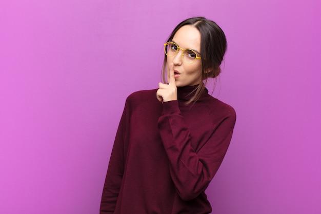 Um ruhe und stille bitten, mit dem finger vor dem mund