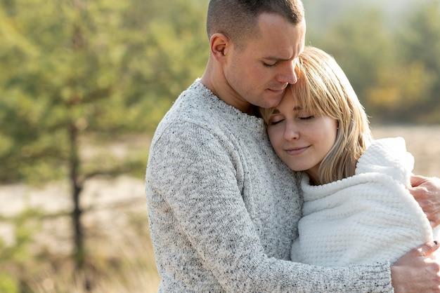 Umarmen des jungen ehemanns und der schönen frau Kostenlose Fotos