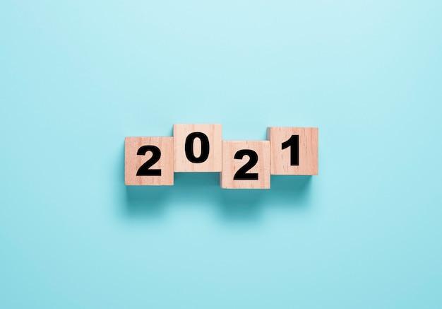 Umdrehen des holzwürfelblocks für den wechsel 2020 bis 2021. frohes neues jahr, um ein neues projekt und geschäftskonzept zu starten. Premium Fotos