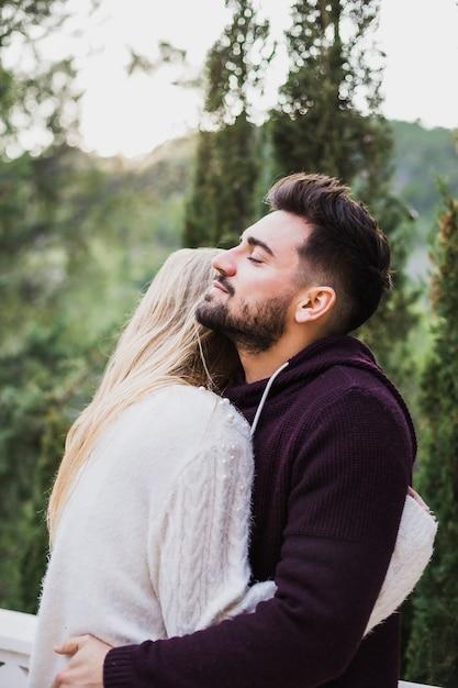 Dating eines jüngeren Mannes als Sie