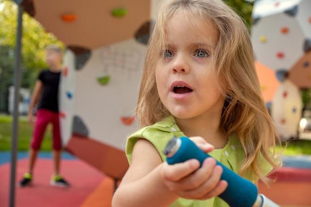 Umgekipptes mädchenkind, das im park schreit. elternschaft, kinderpsychologie. Premium Fotos