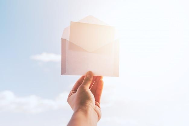 Umschlag für modell und hintergrund des sonnigen himmels Kostenlose Fotos