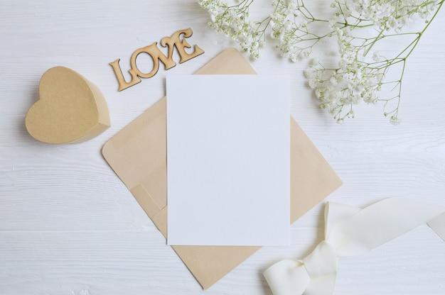 Umschlag mit blumen und einem brief, geschenkherzbox-grußkarte für valentinstagliebe Premium Fotos