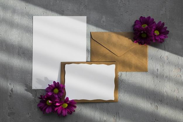 Umschlag mit blumendekor Kostenlose Fotos