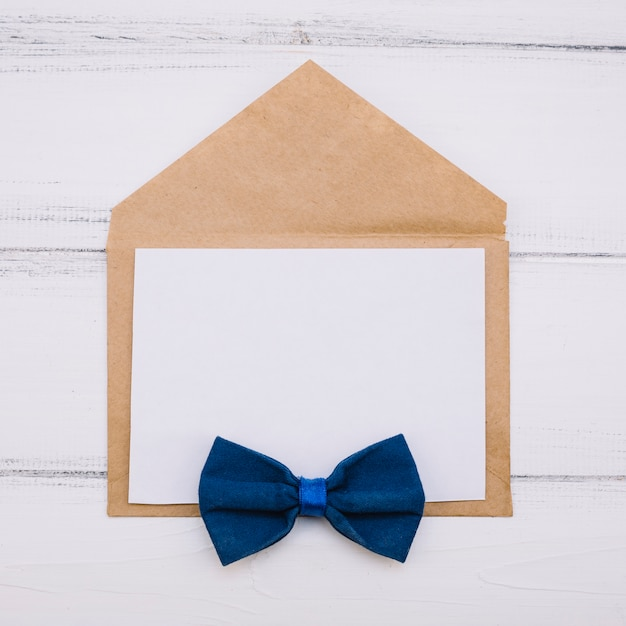 Umschlag mit papier und fliege Kostenlose Fotos