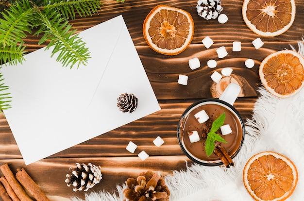Umschlag nahe heißer schokolade, orangen und eibisch Kostenlose Fotos