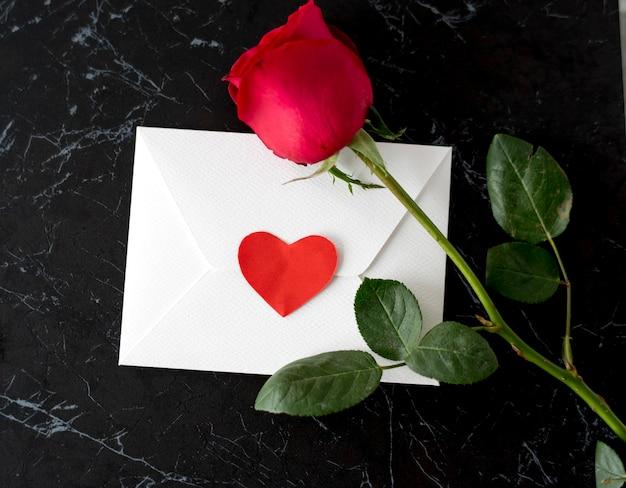 Umschlag rosen-liebes-zeichen-herz Premium Fotos