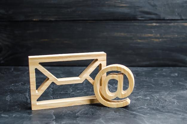 Umschlag- und e-mail-symbol auf einem dunklen konkreten hintergrund. e-mail-adresse des konzepts Premium Fotos