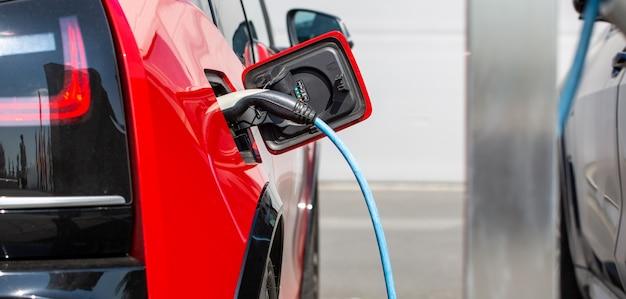 Umweltfreundliches alternatives energiekonzept, automatisches laden von elektroautos an der ladestation, energiefahrzeuge Premium Fotos