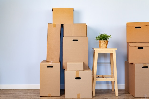 Umzugskartons mit gepackten sachen und stuhl zum umziehen Premium Fotos