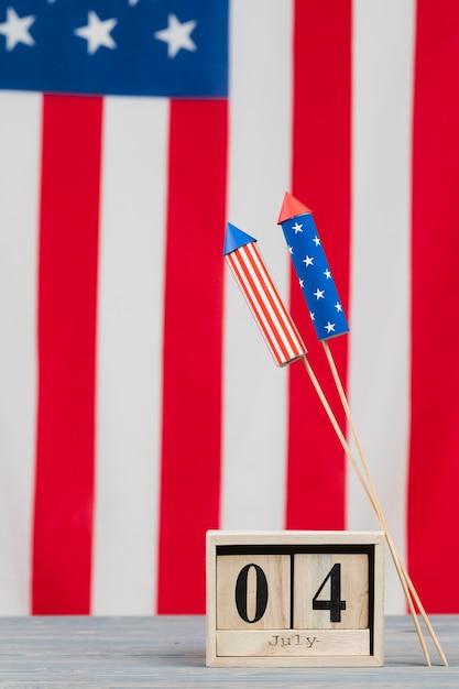 Unabhängigkeitstagdatum in den buchstaben und in den feuerwerken in den flaggefarben Kostenlose Fotos