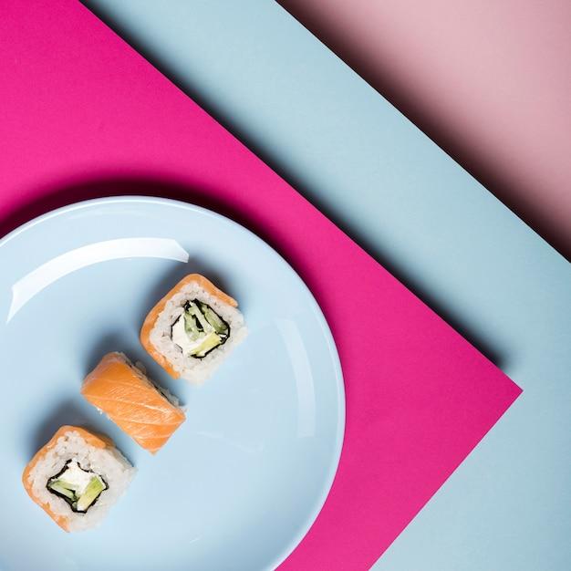 Unbedeutende platte mit draufsicht der sushirollen Kostenlose Fotos