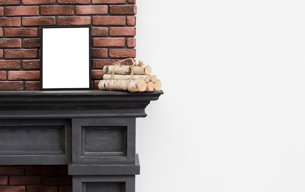 Unbedeutender kamin der nahaufnahme mit backsteinmauer Kostenlose Fotos