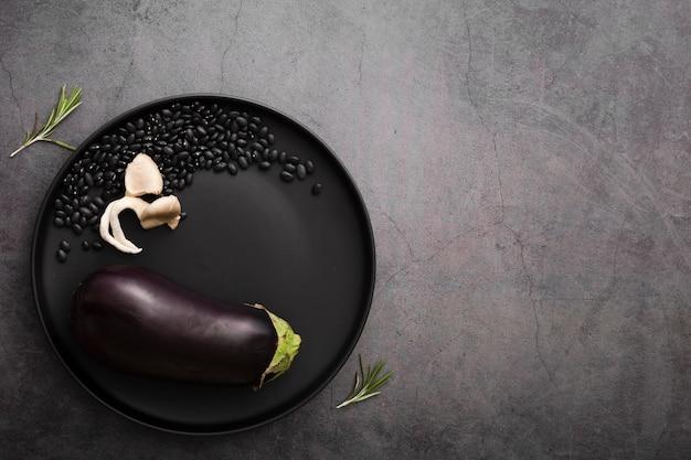 Unbedeutender teller mit auberginen und samen Kostenlose Fotos