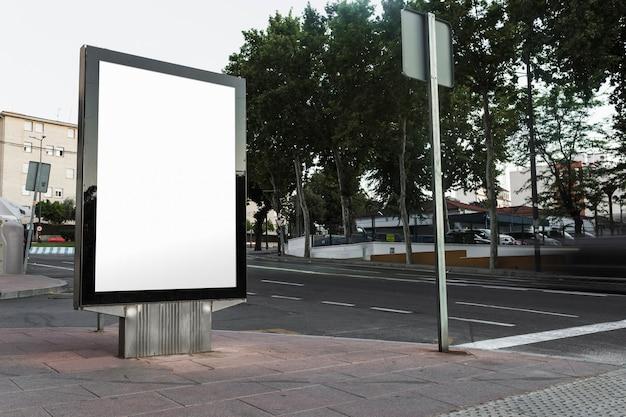 Unbelegte anschlagtafel auf bürgersteig in der stadt Kostenlose Fotos