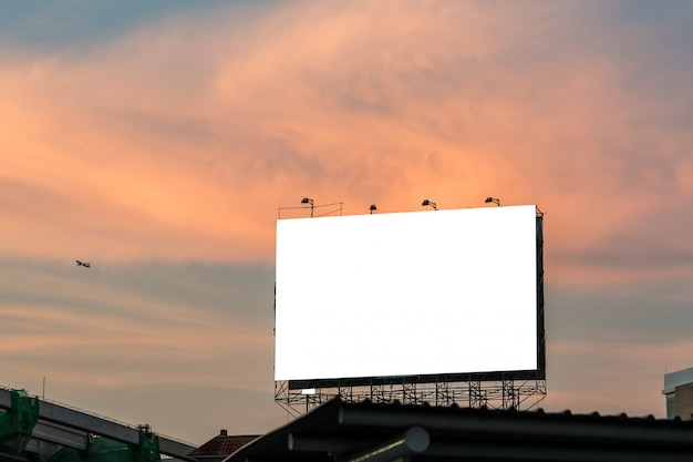 Unbelegte anschlagtafel für neue reklameanzeige. Premium Fotos