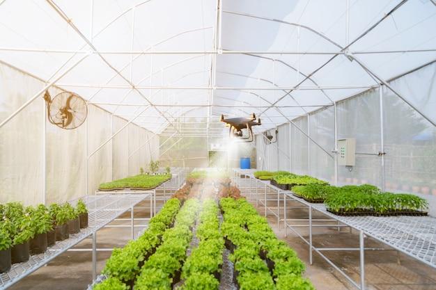 Unbemanntes flugzeug drone für die landwirtschaft automatisierte arbeit auf dem bauernhof Premium Fotos