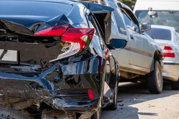 Unfall mit vielen autos auf der straße Premium Fotos