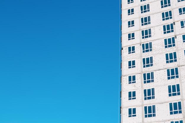 Unfertiger mehrstöckiger wohnhausbau, weiße ziegelsteine, außenansicht Premium Fotos