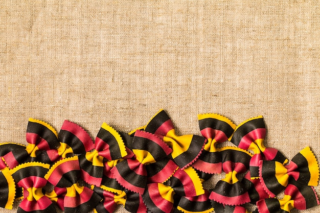 Ungekochte farbige farfalle teigwaren, die draufsicht des konzeptes kochen Premium Fotos