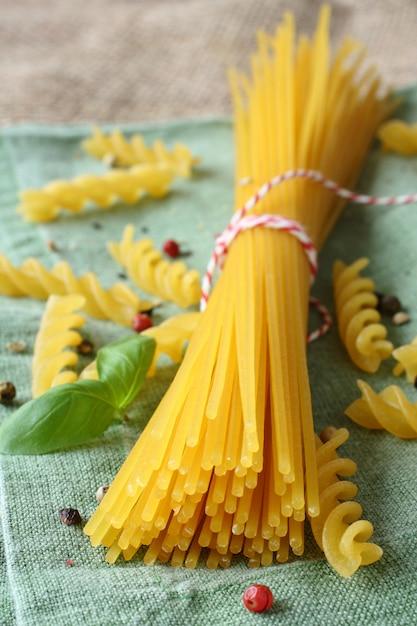 Ungekochte glutenfreie nudeln aus einer mischung von mais und reismehl Premium Fotos