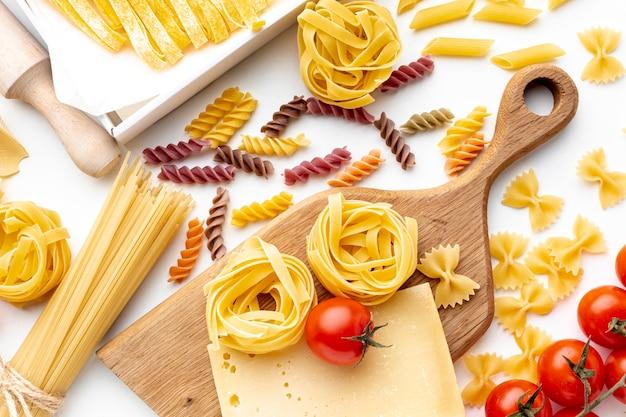 Ungekochte nudeln mit tomaten und hartkäse mischen Kostenlose Fotos