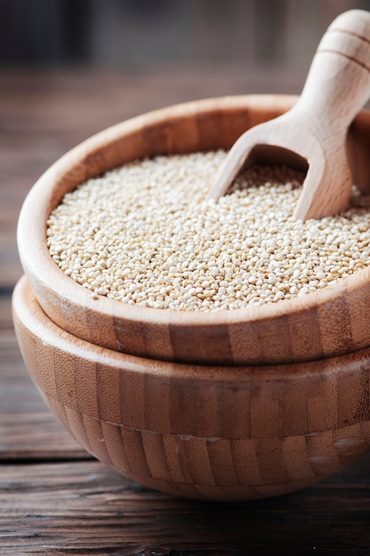 Ungekochte quinoa auf dem holztisch Premium Fotos