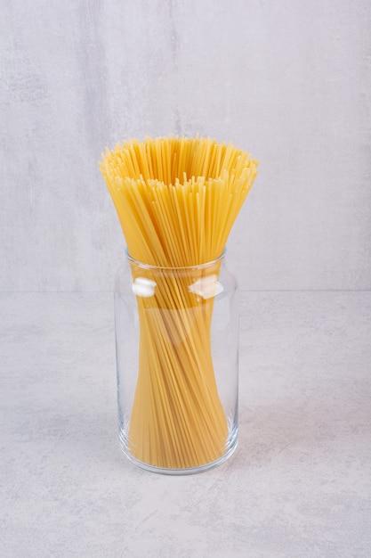 Ungekochte spaghetti-nudeln im glas Kostenlose Fotos