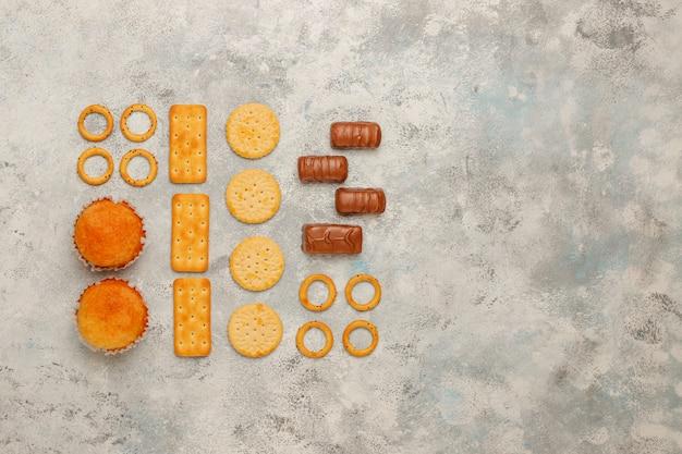 Ungesunde snacks auf grauem beton Kostenlose Fotos