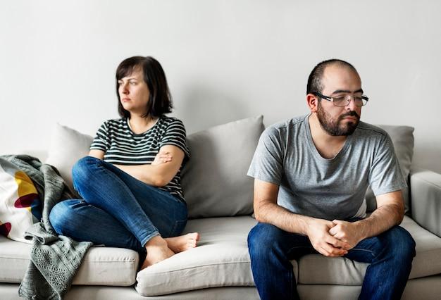Unglückliche paare, die auf dem sofa argumentieren Premium Fotos
