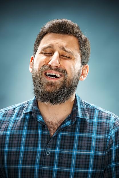 Unglücklicher mann im blauen hemd Kostenlose Fotos