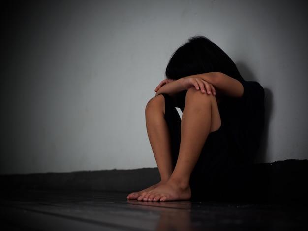 Unglücklicher trauriger und tress des kleinen jungen alleine. Premium Fotos