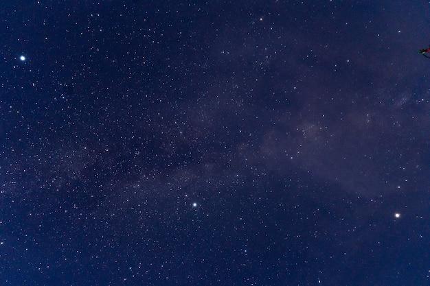 Universum mit sternen, nebel und galaxien gefüllt, verwenden Premium Fotos