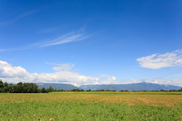 Unkultiviertes feld mit bergen im hintergrund italienische landwirtschaft Premium Fotos