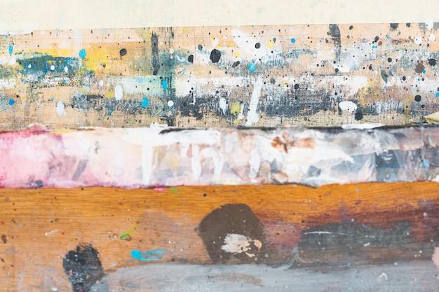 Unordentlich gemalt gemasert auf hölzernem hintergrund des schmutzes Kostenlose Fotos