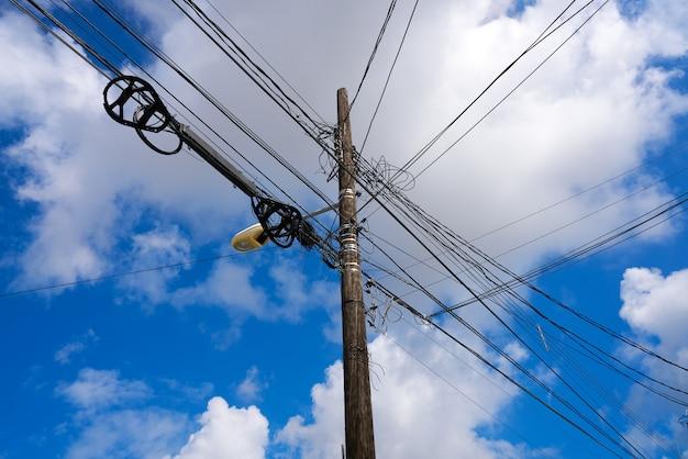 Unordentliche elektrische luftdrähte und -pfosten mexiko Premium Fotos