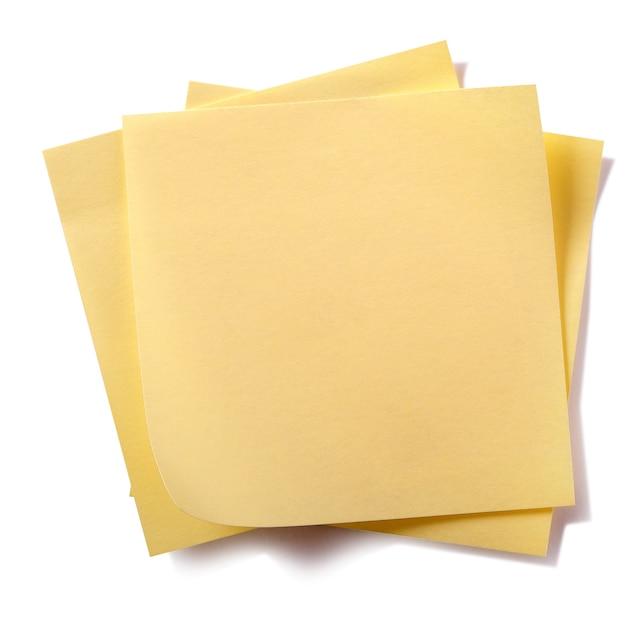 Unordentliche gelbe klebrige beitragsanmerkungen des stapels lokalisiert auf weiß Kostenlose Fotos