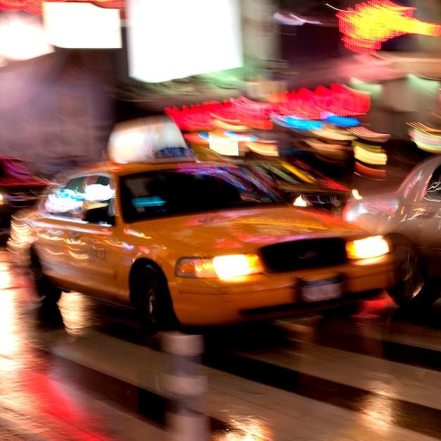 Unscharfe ansicht eines taxis in manhattan, new york city, usa Premium Fotos
