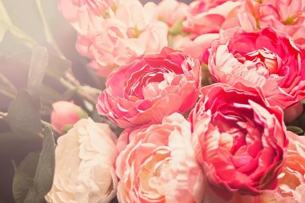 Unscharfe ansicht von schönen blühenden blumen als hintergrund. Premium Fotos