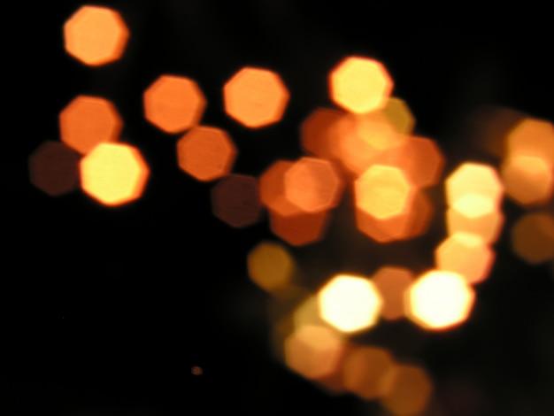 Unscharfe gelbe lichter auf schwarzem hintergrund Kostenlose Fotos