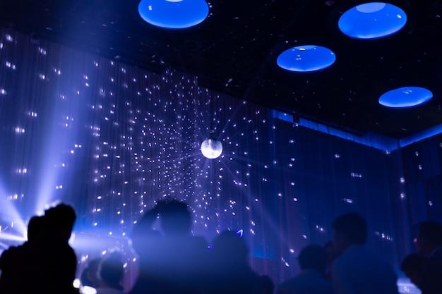 Unscharfe konzeptnachtszene in der konzertparty mit silhoette-publikum. Premium Fotos