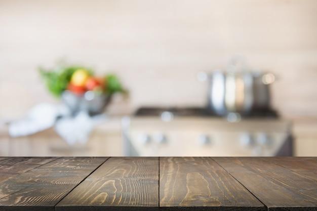 Unscharfe küche mit gemüse auf tischplatte. platz für design. Premium Fotos
