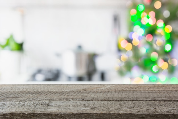 Unscharfe küche mit tischplatte christmas treeon. hintergrund für die anzeige ihrer produkte. Premium Fotos