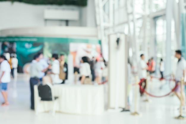 Unscharfer hintergrund: die leute, die am markt kaufen, malen am sonnigen tag, unschärfehintergrund mit bokeh. Kostenlose Fotos