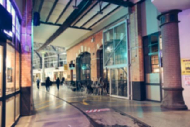 Unscharfer hintergrund - straßennachtstadt-lichter verwischen. retro- getontes foto, weinlese gefiltertes bild. Kostenlose Fotos