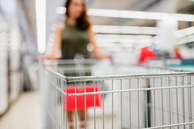 Unscharfes bild eines einkaufswagens. Premium Fotos