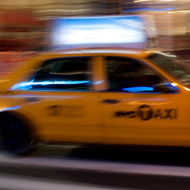 Unscharfes bild eines gelben taxis in manhattan, new york city, usa Premium Fotos
